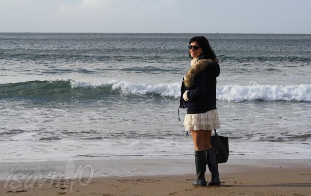 Look con botas Hunter en la Playa